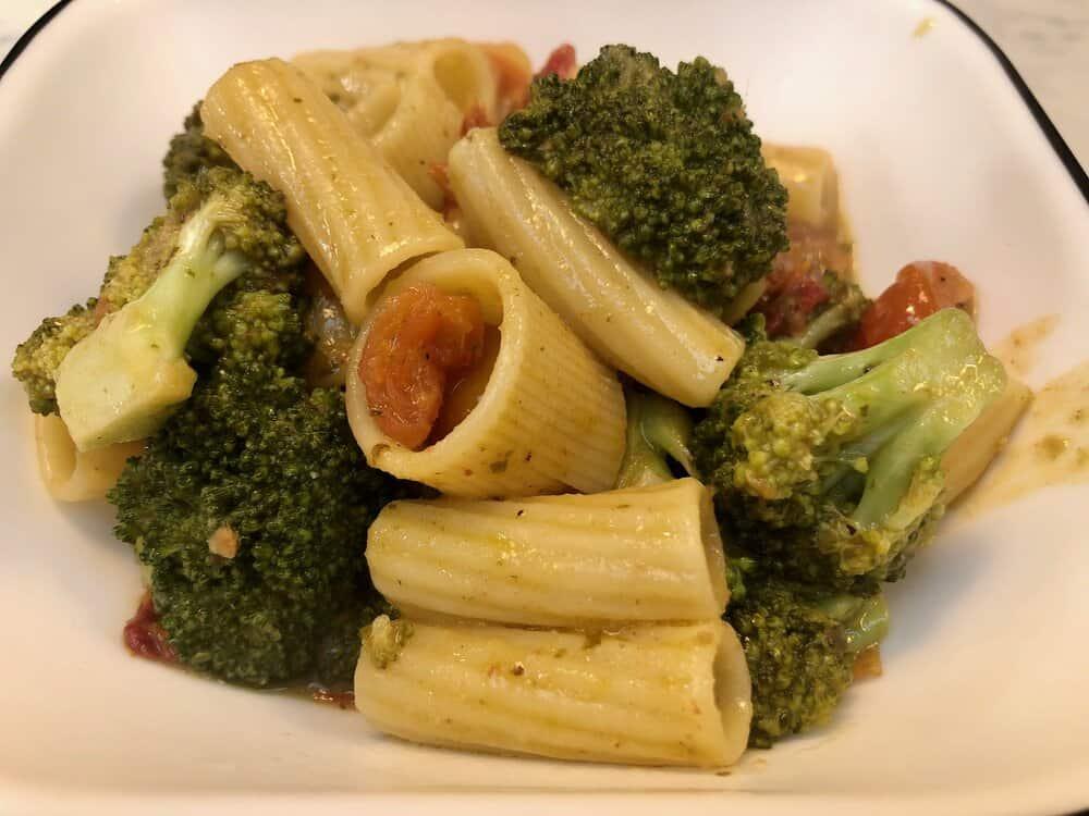 Rigatoni pesto with broccoli and tomatoes